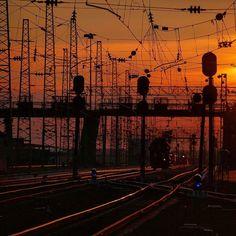 Ст. Тайшет Восточно-Сибирской железной дороги будет одной из самых крупнейших после модернизации. Уже сейчас к станции тянутся четыре ветки (БАМ Транссиб с востока и запада ветка из Абакана). #всжд #ржд #тайшет #эч #пч #всди #vszd #rzd #siberia #russia #transsiberian #train #тм18дм #россия #сибирь #закат #станция #жд #дорога #путь #транспорт #railway #sunset #семафор #виадук #рельсы #шпалы by cemichael