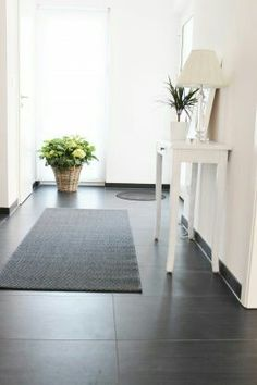 Dark ground, bright walls, tidy and clearly structured - Home Decorations Bedroom Carpet, Living Room Carpet, Living Room Decor, Bedroom Decor, Murs Clairs, Bright Walls, Other Rooms, Home Accents, Decoration