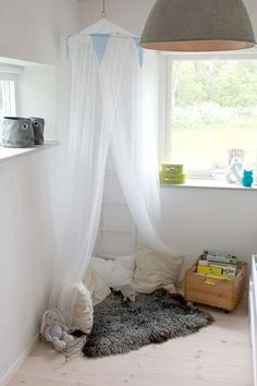 reading nook for little girl's bedroom. Love this idea. x Petit coin lecture pour petite princesse!