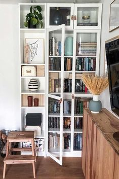 You actually belong to these groups people who rarely care about glamour as well as over-the-top designs for your home, then this is definitely your current cup of joe. Check this out content for diy home decor ideas on budget. Traditional Bookshelves, Billy Ikea, Bookshelf Design, Bookcase Decorating, Bookshelf Ideas, Billy Regal, Bookcase With Glass Doors, Headboard With Shelves, Diy Home Decor