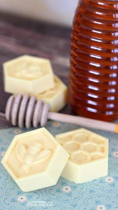 DIY Soap Recipes - DIY Milk and Honey Soap - Melt and Pour, Homemade Recipe Without Lye - Natural Soap crafts for Kids - Shea Butter, Essential Oils, Easy Ides With 3 Ingredients - Pretty and Creative Handmade Soap Recipes, Soap Making Recipes, Recipe Making, Handmade Crafts, Diy Savon, Easy Homemade Gifts, Homemade Recipe, Homemade Beauty, Diy Beauty