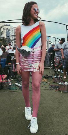 9 momentos fashionistas de Bruna Marquezine. Body de arco-íris, pochete prateada, saia transparente, tênis branco