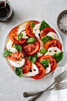 Caprese salad made from fresh tomatoes, mozzarella and basil leaves! It's ea… Caprese salad made from fresh tomatoes, mozzarella and Italian Salad Recipes, Healthy Salad Recipes, Healthy Snacks, Vegetarian Recipes, Healthy Eating, Cooking Recipes, Healthy Fruits, Caprese Salad Recipe, Caprese Salat