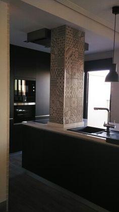 White and Black,  isla de silestone y puertas de laca mate con electrodomesticos de integracion, columna imitacion porcelanico de azulejos idraulicos.