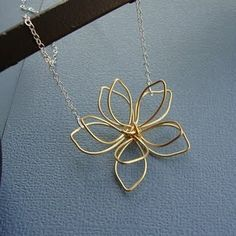 Wire Flower Necklace    I feel a project coming on.
