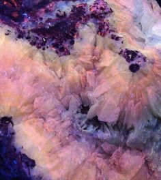 Inspiratiebeeld Colours and Textures/Kleuren en Texturen Minerals And Gemstones, Rocks And Minerals, Crystal Wallpaper, Glow Rock, Foto Macro, Calcite Crystal, Quartz Crystal, Beautiful Rocks, Mineral Stone