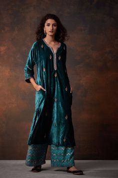 New dress velvet outfit winter green ideas Pakistani Formal Dresses, Pakistani Outfits, Indian Dresses, Velvet Suit Design, Velvet Dress Designs, Indian Attire, Indian Ethnic Wear, Classy Outfits, Stylish Outfits