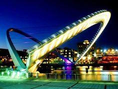 Міст Гейтсхед в Ньюкаслі має унікальну конструкцію - дугоподібний проліт зроблений підйомн...