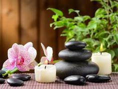 Ambiance Zen : Pierres, bougie, plante verte