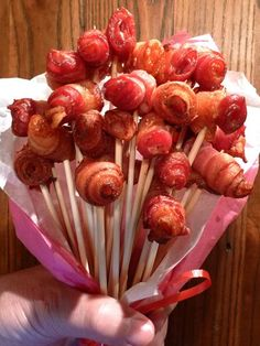 Bacon, it's the gift that keeps on giving. It may not be the healthiest food choice, but that doesn't make bacon any less delicious! Everyone knows someone who's love for bacon goes far above and beyond the normal affection one would show for food. Think Food, Love Food, Bacon Recipes, Cooking Recipes, Bacon Bouquet, Bacon Roses, Bacon Gifts, Bacon Wrapped Dates, How To Make Bacon