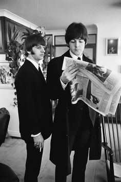 Beatles Ringo Starr and Paul McCartney viewing the papers, circa 1964 Ringo Starr, Paul Mccartney, John Lennon, George Harrison, Freddie Mercury, The Quarrymen, Les Beatles, Beatles Photos, The Fab Four