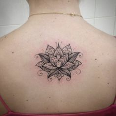 Tatuaje de una flor de loto en la espalda. Artista tatuador: Ivy...