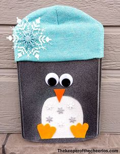 Christmas Pizza Pan Door Hangs - The Keeper of the Cheerios Snowman Crafts, Christmas Projects, Holiday Crafts, Holiday Decor, Cookie Sheet Crafts, Cookie Sheets, Glitter Blast Spray Paint, Christmas Pizza, Crafts For Seniors