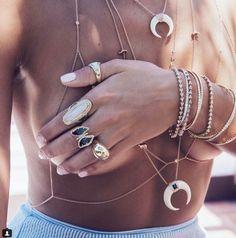 En version chaines de corps, les #bijoux fins de #JacquieAiche se font carrément sexy