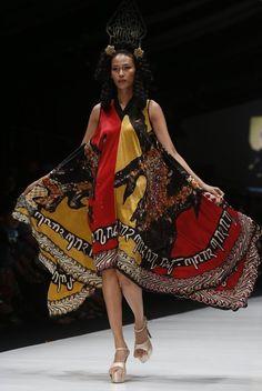 A model presents a creation by Indonesian designer Sugeng Waskito during the Jakarta Fashion Week, in Jakarta, Indonesia, 22 October (Photo by Adi Weda/EPA/EFE) Victor Hugo, Jakarta Fashion Week, Spring Summer 2018, Dune, Obama, Georgia, October, Presents, Sari
