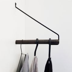 Add more garderobestang i lyst egetræ og messing Nordic Function Flat Interior, Interior Design Living Room, Coat Hanger, Clothes Hanger, Small Apartments, Small Spaces, Iron Decor, Messing, Retail Design