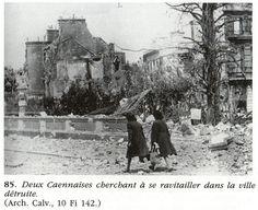 Caen: deux Caennaises cherchant à se ravitailler dans la ville détruite.