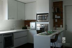 Cozinha básica em revestimento branco fosco e vidro branco, mas com o charme da madeira teka. Projeto Cris Paola Fotos Fabi Koren #studiocrispaola #cozinha