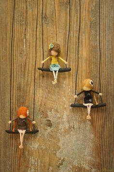 Miniatűr Waldorf babákat, nemezelt figurákat készít egy ügyes kezű grazilány. A babák különlegessége, hogy bohém kiegészítőként - medálként, brossként - lehet viselni őket. Látványos3D-s képekhez isfelhasználja őket az alkotó, s van, hogy álomfogót díszítenek a kedves figurák. A Waldorf babákról A Waldorf pedagógia Rudolf Steiner osztrák polihisztoroktatási filozófiáján alapul.AWaldorfnevelés a gyermek korai éveiben a praktikus, gyakorlati tevékenységekre, a kreatív játékot támogató…