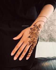 One of the most popular places to have henna is on the hands. So, today we are bringing you 21 amazing henna hand designs that are a work of art! Henna Hand Designs, Eid Mehndi Designs, Mehndi Designs Finger, Henna Tattoo Designs Simple, Floral Henna Designs, Arabic Henna Designs, Mehndi Designs For Fingers, Mehndi Design Images, Beautiful Henna Designs