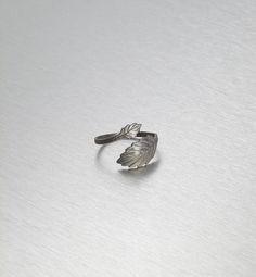 325,00 kr. BLACKBERRY 2 leaves twirl ring blackSilver/matte