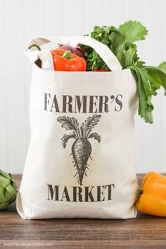 Easy to make DIY Farmer's Market Tote Bag - is an easy to clean canvas tote to carry your local produce in. Farmers Market Display, Market Bag, Reusable Bags, How To Make, Crafts, Things To Sell, Farm Store, Diy Gifts, Handmade Gifts