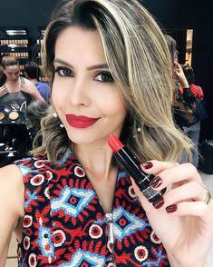 """#selfie com batom poderoso da MAC este é o """"Soo Good"""" vermelho cremoso lindo! Adorei tudo ontem! A inauguração da loja foi demais! Obrigada a todas as meninas que foram ontem  #maclondrina @catuailondrina! Quem ama batom vermelho???"""