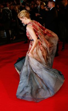 Elizabeth Banks had so much fun on the red carpet at the Mockingjay Part 1 premiere.