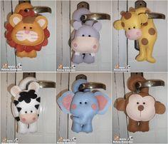 Enfeite de maçaneta para enfeitar a porta ou guarda-roupa e também servem como lembrancinha. <br> <br>O VALOR É REFERENTE A 1 UNIDADE. <br> <br>Bichinhos: Leão, girafa, elefante, macaco, zebra e hipopótamo. <br> <br>Tamanho: 20cm <br> <br>Trabalho artesanal. Todo costurado a mão. <br> <br>Feito de feltro