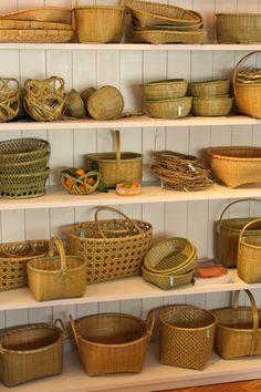カゴアミドリ通信: 勢司恵美さんの「青竹のかご展」はじまります!Kagoamidori / Weaverbird shop. Bamboo Weaving, Basket Weaving, Bamboo House Design, Bamboo Architecture, Japanese Kitchen, Bamboo Crafts, Bamboo Basket, Bamboo Furniture, Wooden Kitchen