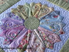 Custom quilting, Dresden Plate quilt | quiltmekiwi