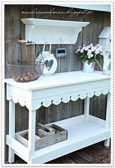 Maalaisunelmaa: Istutuspöytä Dream Garden, Home And Garden, She Sheds, Growing Flowers, Balcony Garden, Cottage Style, Garden Inspiration, Potting Benches, Outdoor Gardens