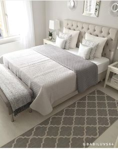 Teen bedroom themes must accommodate visual and function. Here are tips to create the coolest teen bedroom. Cream And Grey Bedroom, Cream Bedrooms, Cream Bedroom Decor, Classy Bedroom Decor, Small Grey Bedroom, Simple Bedroom Design, Cosy Bedroom, Modern Bedroom, Master Bedroom