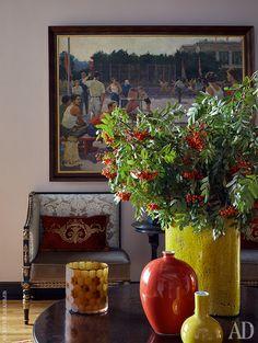 Фрагмент холла. Какивостальных комнатах, стены украшены произведениями отечественного искусства ХХвека из коллекции хозяев дома.