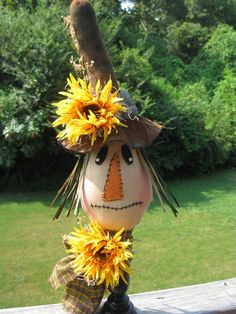 I don't celebrate halloween.but for the Fall harvest decor love this cute little scarecrow. Make A Scarecrow, Halloween Scarecrow, Holidays Halloween, Halloween Crafts, Halloween Decorations, Scarecrow Ideas, Scarecrow Festival, Scarecrow Face, Halloween Clothes