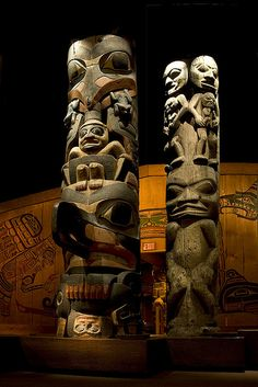 The totem poles at the Royal BC Museum in Victoria, British Columbia. Totems in Vancouver and Victoria are certainly not in their originary region so far south. The real location of totems lies much more to the north where the old Inuits lived. Arte Haida, Haida Art, Totems, Le Totem, Tiki Totem, Native American Totem, Art Premier, Tlingit, Indigenous Art