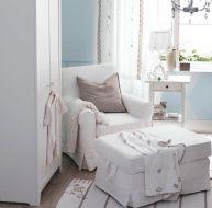 Et rolig hjørne i barnerommet med lenestol og fotskammel
