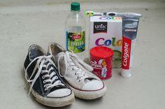 KANDIDATENE: Vi fikk tak i to par møkkete Converse-sko, ett hvitt og ett svart,  og prøvde å rengjøre dem med diverse husholdningskjemikalier. (Foto: AKSEL RYNNING)