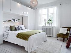 dressing-petite-chambre-meuble-pont-armoires-blanches-etagere-murale-fauteuil-vert-olive dressing pour petite chambre