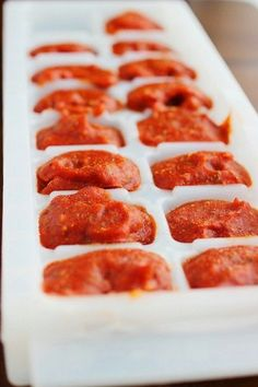 Homemade Pizza Sauce: Freeze in ice cube trays and only defrost what you need! Homemade Tomato Sauce, Homemade Pesto, Best Pizza Dough Recipe, One Person Meals, Do It Yourself Food, Ice Cube Trays, Ice Tray, Ice Cubes, Freezer Meals