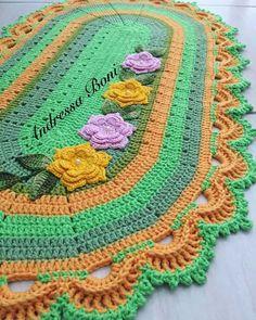 Tapete oval, em crochê, com  carreiras coloridas