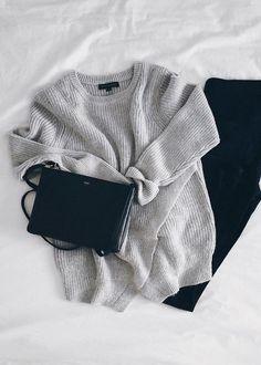 Zwart en grijze items vormen samen een perfecte outfit #mode #inspiratie #gebreide #trui #broek #tas | Perfect comfy outit #women #fashion #inspiration #black #trousers #knittedsweater #grey #bag
