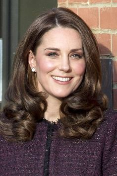 Here's the fascinating reason Kate Middleton always wears her hair down Kate Middleton Makeup, Looks Kate Middleton, Kate Middleton Outfits, Kate Middleton Photos, Princesa Kate Middleton, Prince William And Kate, Hair Photo, Medium Hair Styles, Her Hair