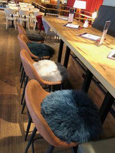 Sitzauflagen von SitzFelle.com machen sich nicht nur in den eigenen vier Wänden gut, sondern passen auch ideal in die Szenegastronomie. Chair, Furniture, Home Decor, Fine Dining, Terrace, Chair Pads, Home, Decoration Home, Room Decor