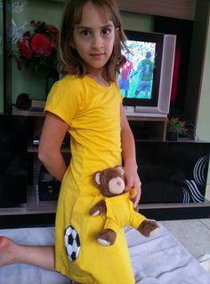 Vestido camiseta infantil tema copa e macacão urso combinando conforme solicitado