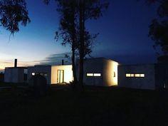 Casa de campo en Uruguay por Facundo Ochoa. Volumenes simples que juegan entre ellos para dejar entrar al campo al interior y aprovechar al maximos los momentos solares y situaciones que ofrece el entorno. Las luces del dia y noche juegan un rol importante en el diseno mostrando el jeugo entre volumenes.