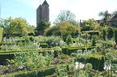 Der weiße Garten von Sissinghurst im Juni. White Garden of Sissinghurst.