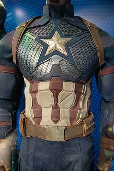 Avengers Endgame Exclusive Store: Captain America's Costume in Avengers Endgame Captain America Suit, Captain America Cosplay, Chris Evans Captain America, Marvel Dc, Marvel Comics, Marvel Concept Art, Superhero Suits, Marvel Clothes, Cosplay Armor
