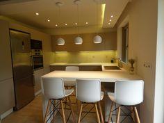 Κουζίνα σε υλικό PET MAXIMATT χρωματισμός MOKACCINO με λευκή γυαλιστερή χωνευτή λαβή(ale con gola) και λευκό γυαλιστερό σοβατεπί.Απορροφητήρας χωνευτός Elica,πάγκος βακελίτη σε 4 και 6 εκατοστά αντίστοιχα,μηχανισμοί στη γωνία και στην τροφοθήκη. Νεροχύτης ισόπεδος Pyramis. Κόστος κουζίνας με μεταφορά και τοπoθέτηση 5.150€ Έπιπλα μπάνιου από κόντρα πλακέ θαλάσσης 2.000€