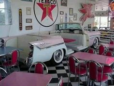 Retro diner, love the vintage car booth! 1950 Diner, Vintage Diner, Retro Cafe, Vintage Restaurant, Cafe 50s, Restaurant Themes, Cafeteria Retro, Diner Decor, 50s Decor